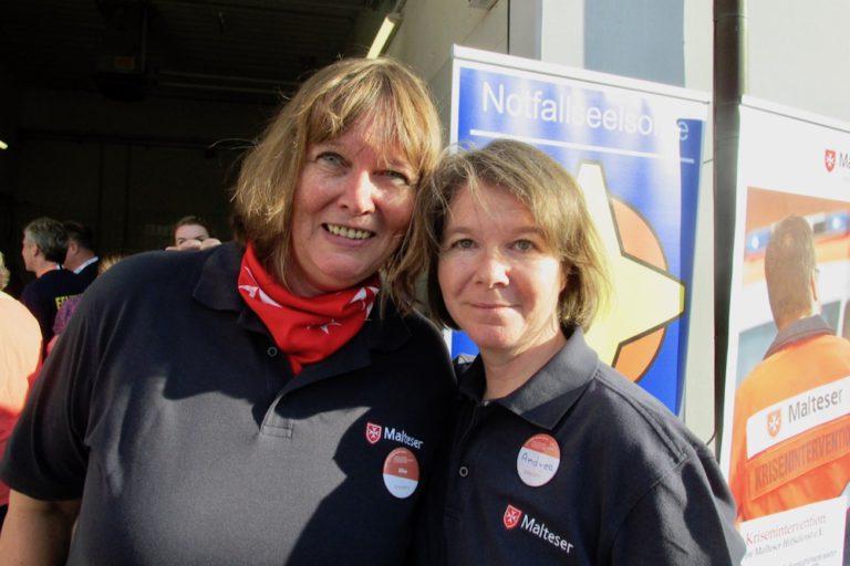 Die fleißigen Helferinnen Elke Braun (links) und Andrea Flindt informierten am Stand der Malteser über ihre Arbeit im Kriseninterventionsteam.