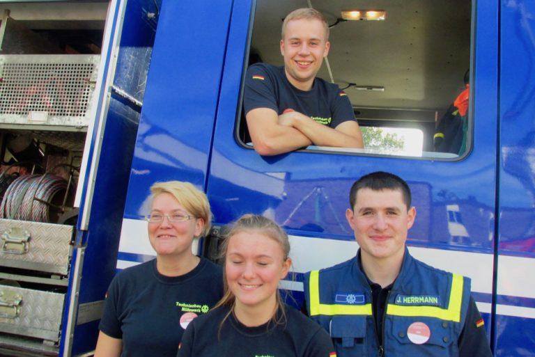 """Truppführer """"Bergung"""" Philipp (am Fenster), Jugendleiterin Rayja (von links), Helferin Nathalie und Bergungshelfer Jan vom THW hatten viel Spaß."""