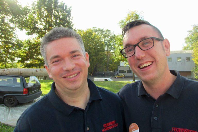 Matthias (links) und Marcel von der Freiwilligen Feuerwehr Friedrichsgabe erklärten den Besuchern den AB-Dekon Einsatzwagen (Dekontamination).