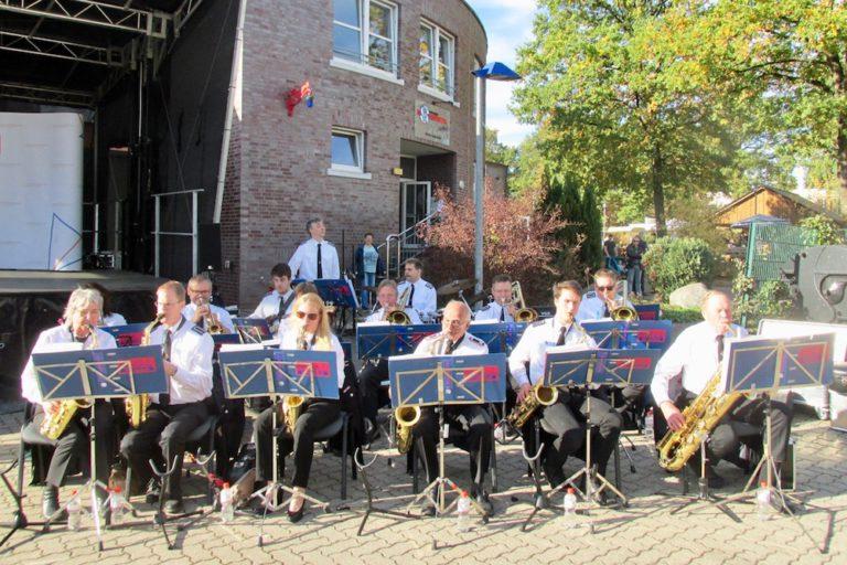 Für gute Stimmung sorgte die Big Band der Freiwilligen Feuerwehr Garstedt mit modernen Liedern.