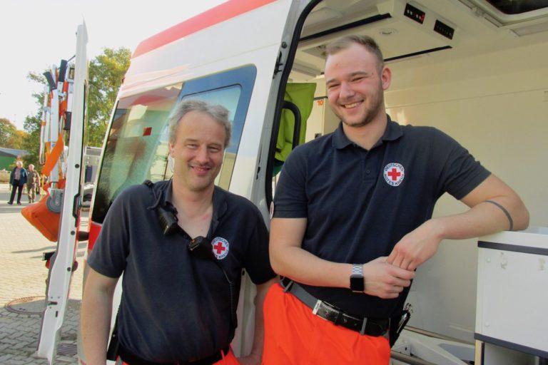 Jens Becker (links) und Cedric Gräper stellten einen Krankenwagen der Sanitätsbereitschaft vom DRK vor.