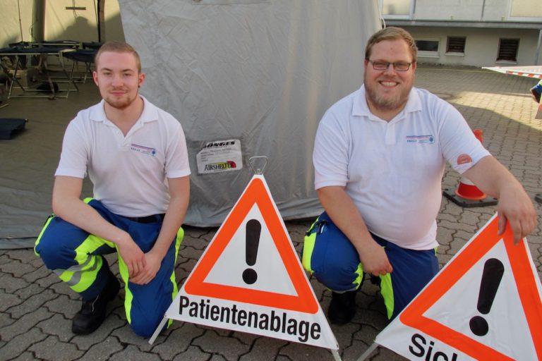 Maxi Albert (links) und Yanneck Hempel von der Kranken-, Behinderten- und Altenhilfe (KBA) hatten ein Katastrophenschutz-Zelt aufgebaut.