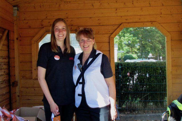 Am Infostand verteilten Alena (links) und Birgitt Übersichtskarten an die Besucher und animierten zum Gewinnspiel.