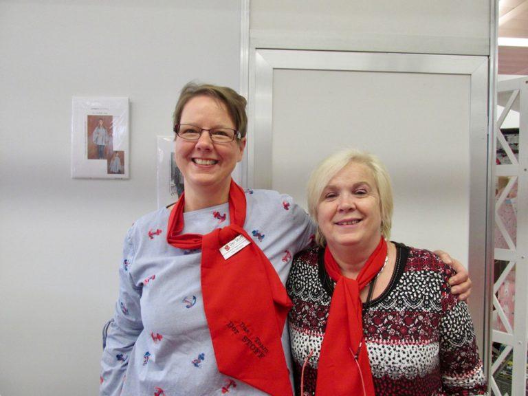 """Angela Oltrogge (links) und ihre Kollegin Annemarie Schreyer sorgten für gute Stimmung am großen Stand von """"Der Stoff"""" aus Norderstedt."""