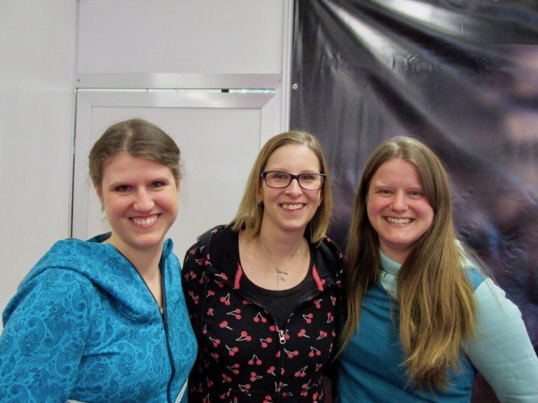 """Die drei Freundinnen Maike Lüdemann (von links), Marisa Baumeier und Lena Lüdemann freuten sich auf die Bühnenshow beim """"Hamburger Nähtalent""""."""