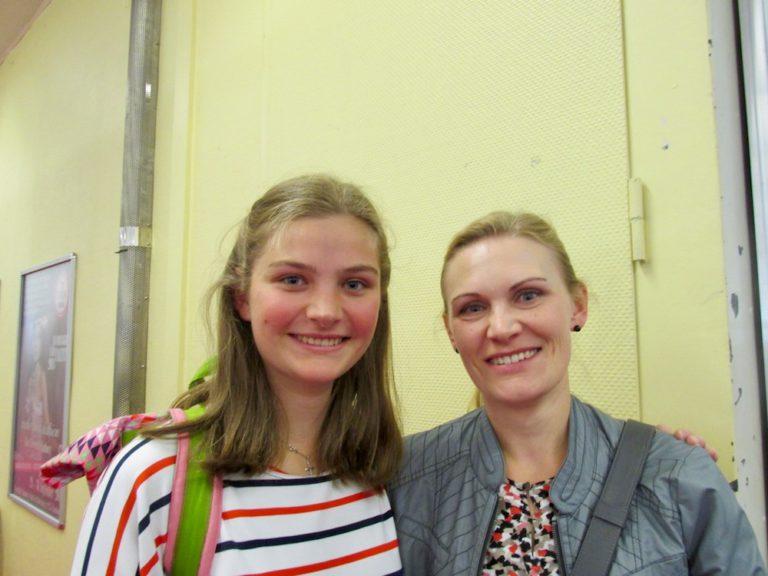 """Mama Tatjana Fink (rechts) begleitete Tochter Patricia, die beim """"Hamburger Nähtalent"""" in der Kategorie """"Kinder"""" teilgenommen hatte."""
