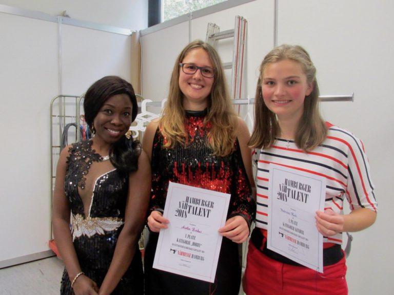 """Die drei glücklichen Gewinnerinnen des """"Hamburger Nähtalents"""": Amaku Effiong Duschinger (von links), Helen Bieker und Patricia Fink."""