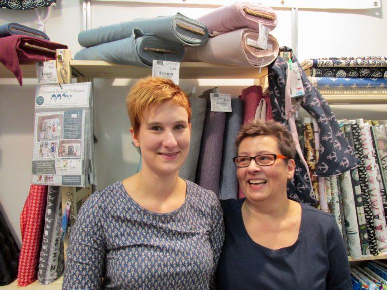 """Mara Dregenuß (rechts) und Tochter Dana vom """"Lille Stofhus"""" nahmen sich viel Zeit für die Beratung der Kunden."""