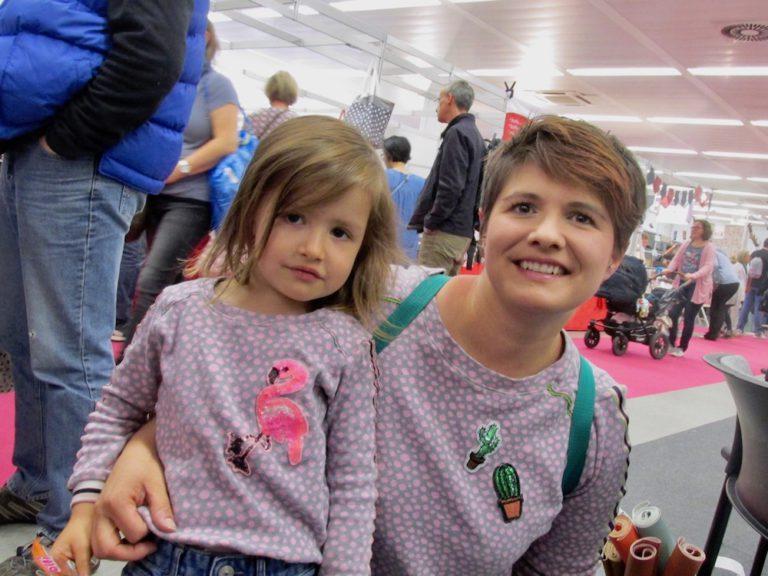Messebesucherin Alice Groß und Tochter Ciara kamen zum Shoppen im Partnerlook.