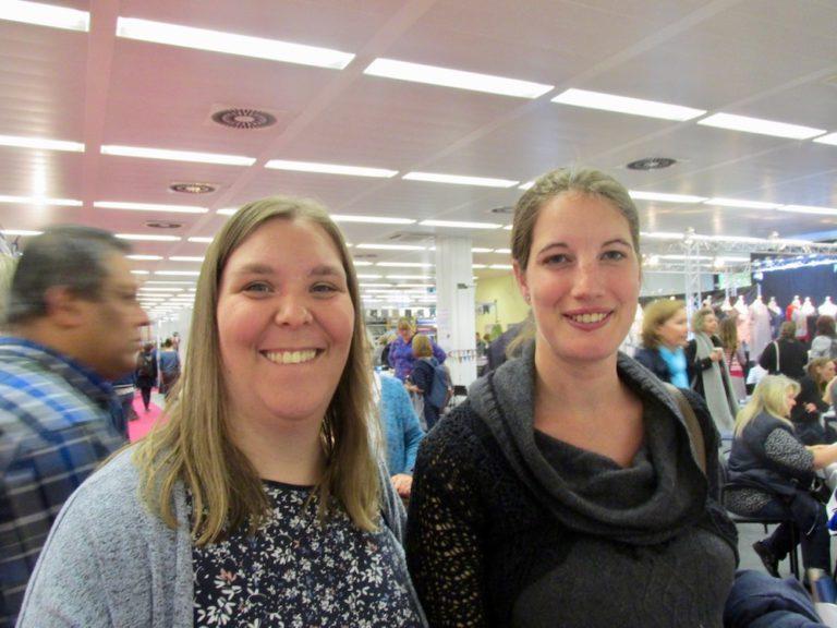 Melanie Höfert (links) und ihre Freundin Alexandra Mackens kamen ganz aus Tostedt, um nach neuen Stoffen und Mustern zu stöbern.